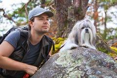 Turist för ung man med hunden Arkivfoto