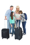 Turist- familj som konsulterar översikten Arkivbild