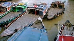 Turist- fartyg ankrade på Dakshineswar Ghat arkivfilmer