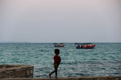 Turist- fartyg för lång svans i Khao Phing Kan royaltyfri fotografi