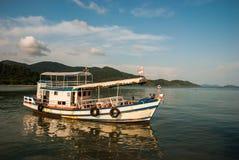 turist- fartyg i öst av Thailand Royaltyfria Foton