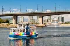 Turist- fartyg i False Creek i Vancouver, Kanada Royaltyfri Fotografi