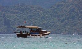 Turist- fartyg i havet Royaltyfri Foto