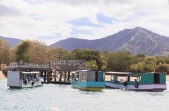 Turist- fartyg i Labuan Bajo port, Indonesien Arkivbilder