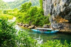 Turist- fartyg, munnen av den Phong Nha grottan med den underjordiska floden, Phong Nha-Ke smällnationalpark, Vietnam royaltyfria foton