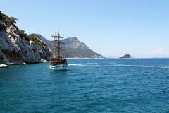 Turist- fartyg och sparkcykel på den turkiska kusten Fotografering för Bildbyråer