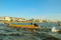 Turist- fartyg på Chao Phraya River i Bangkok, Thailand arkivbild