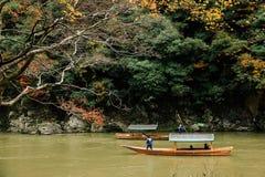 Turist- fartyg på den Katsura floden i Arashiyama Arkivfoton