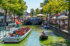 Turist- fartyg på den Mient kanalen i Alkmaar, Nederländerna arkivfoto