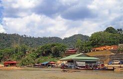 Turist- fartyg på den Tembeling floden i den Taman Negara nationalparken royaltyfri foto