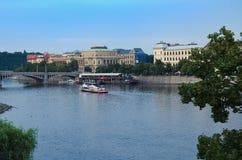 Turist- fartyg på den Vltava floden i Prague Fotografering för Bildbyråer