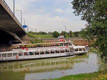 Turist- fartyg på floden Arkivfoto