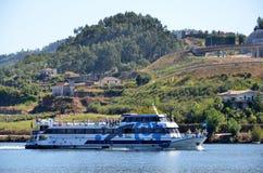Turist- fartyg på floden Douro arkivbild