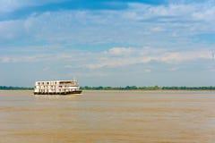 Turist- fartyg på floden Irrawaddy, Mandalay, Myanmar, Burma Kopiera utrymme för text arkivfoto