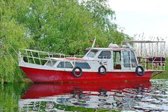 Turist- fartyg på laken royaltyfria bilder