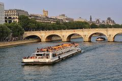 Turist- fartyg på Seinen i Paris, Frankrike royaltyfria foton
