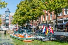 Turist- fartyg på den Mient kanalen i Alkmaar, Nederländerna Arkivbild