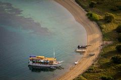 Turist- fartyg parkerar på den tomma stranden Arkivfoto