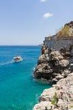 Turist- fartyg som att närma sig den Spinalonga ön Arkivbilder