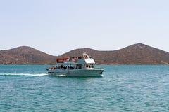 Turist- fartyg som besöker den Spinalonga ön, Kreta Arkivfoto