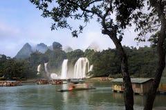 Turist- fartyg som beskådar Detian vattenfall i det Guangxi landskapet, Chi Royaltyfria Bilder