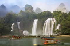 Turist- fartyg som beskådar Detian vattenfall i det Guangxi landskapet, Chi Arkivfoton