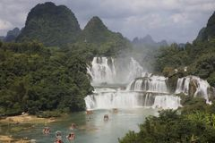 Turist- fartyg som beskådar Detian vattenfall i det Guangxi landskapet, Chi Arkivbilder