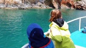 Turist- fartyg som g?r mot bl?a grottor i Zante stock video