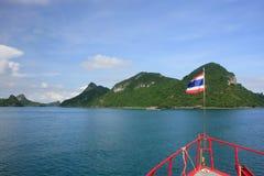 Turist- fartyg som kryssar omkring Ang Thong National Marine Park, Thailand Arkivbild