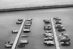 Turist- fartyg ställde upp längs kajerna av marina på Adrien arkivbilder