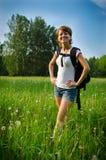 Turist felice della donna in un campo di estate fotografie stock