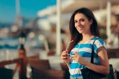 Turist- flicka för lyckligt lopp som tycker om sommarferie fotografering för bildbyråer