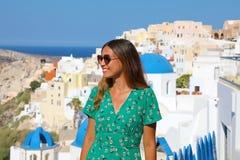 Turist- flicka för Santorini lopp på semester i Oia Ung kvinna in royaltyfri fotografi