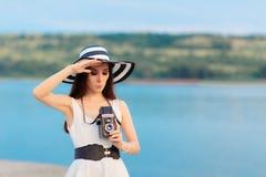 Turist- flicka för sommar med den Retro kameran och stora Straw Hat Arkivfoton