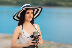 Turist- flicka för sommar med den Retro kameran och stora Straw Hat Royaltyfri Bild