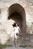 Turist- flicka i ett fönster av Carcassonne Arkivfoto