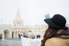Turist- flicka i hatten som ser på översikten på Fisher Bastion i Budapest, Ungern arkivbild