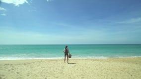 Turist- flicka med ryggsäcken på stranden