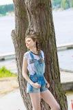 Turist- flicka på sjön Arkivbild