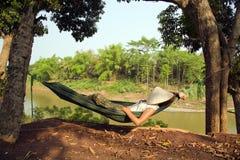 turist- flicka som sover på hängmattan, luangprabang, Laos Fotografering för Bildbyråer