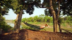 turist- flicka som sover på hängmattan, luangprabang, Laos Royaltyfri Foto