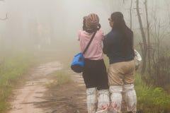 Turist- flickor som tar foto Arkivbild