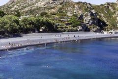Turist- folk på den Mavra Volia stranden royaltyfria foton
