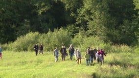 Turist- folkgrupp i utomhus- utfärd Kunskap av naturen arkivfilmer