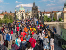 Turist- folkmassa på Charles Bridge i Prague Arkivfoto