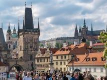Turist- folkmassa på Charles Bridge i Prague Arkivbild