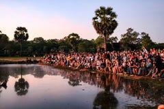 Turist- folkmassa som försöker att få det bästa soluppgångskottet på Angkor Wat royaltyfri bild
