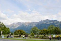turist- foto och koppla av på parkera i Interlaken Arkivbilder
