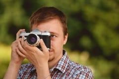Turist- fotograf med fotokameraskytte i parkera Fotografering för Bildbyråer