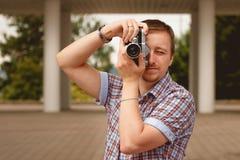 Turist- fotograf med fotokameraskytte i parkera Royaltyfri Fotografi